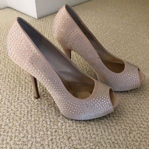 Jennifer Lopez tan heels!